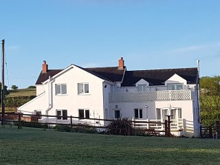 Beautiful Farmhouse sleeps 14 all en suite, hot tub, own paddock family friendly