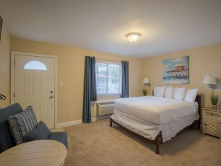 Comfortable Studio near Beach w/ WiFi, Parking & Complex Pool Access