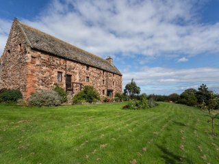 Tithe Barn Fabulous 15th century converted barn , 3 miles from North Berwick