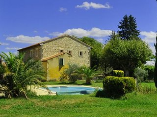 LS7-269 CHINAIO,Typical Provencal Mas with pool, close to the village, in Senas