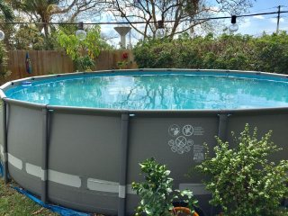 Pet friendly, large backyard, 1/2 mile from ocean, pool, walk 2 food/shops