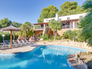 Estilosa villa, piscina y vistas al mar!Ref.215390