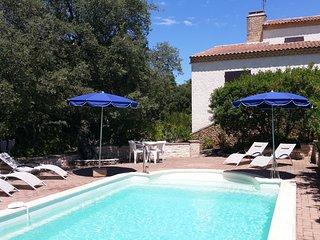 Destination Pont du Gard Villa Farigoule  Piscine 8x4 et jardin méditerranéen