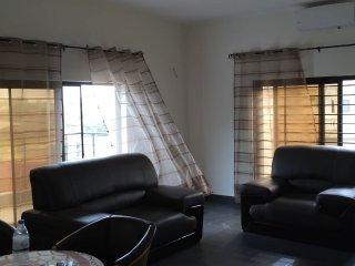 Salon climatisé à l'étage avec terrasse