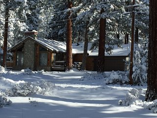 Popular Tahoe Ski Chalet - Foosball Table, Hot Tub, WiFi and new Flatscreen TVs