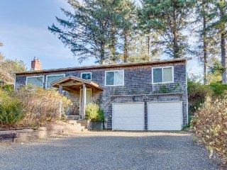 Cozy, family-friendly house w/ deck & views - near town, walk to the beach!