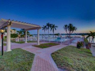 Brand new - Private Beach on Siesta Key, Bay Sunrises, Heated Pools/Hot tub, Ten