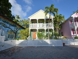 Beautiful, dog-friendly home w/ private pool & patio - in Old Town, near beach!
