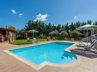 Family villa, privacy, large pool and extensive gardens, short walk to tavernas