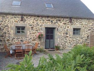 Une belle maison avec quatre chambres,une piscine chauffee et une grande jardin.