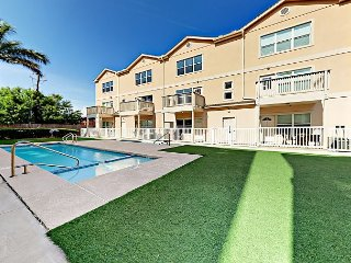 2BR Condo w/ Pool & Hot Tub - 1 Block to Beach
