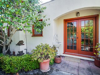 Charming Menlo Park bungalow by Stanford-sleeps 9