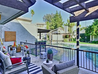 Updated Palm Springs Townhome w/Pool & Golf Access
