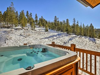 Modern Breckenridge Townhome w/Hot Tub & Mtn Views
