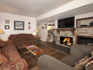 Remodeled Convenient Keystone Village:Heated Pool/Hot Tub, Wood Fireplace, W/D,