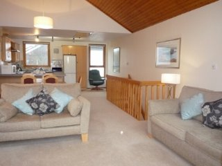 16 KESWICK BRIDGE, riverside holiday lodge, private parking, central location