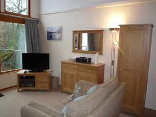 KESWICK BRIDGE 21, A luxurious riverside lodge, private parking, central
