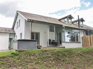 CHERRY, detached, woodburner, WiFi, nr Bowness-on-Windermere Ref 951728
