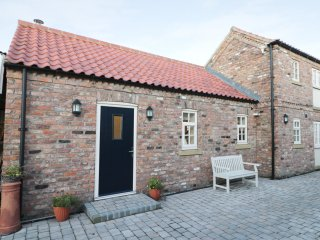 PEAR TREE COTTAGE, open-plan living, countryside views, near York, Ref 913077