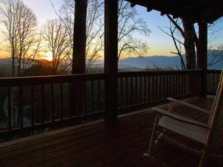 Black Bear Crossing - Delightful Rental with Amazing View, Wi-Fi, and Outdoor Fi