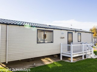 8 berth caravan at Hopton Haven Holiday Park, in Great Yarmouth. REF 80044BF