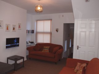 2 bedroom luxury maisonette for short & mid term lets, beautifully furnished.