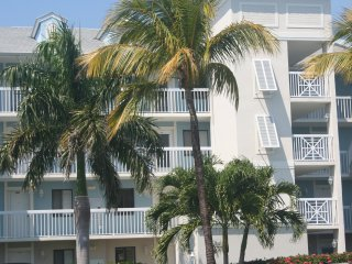 Resort Condo on Golf Course, walk to beach