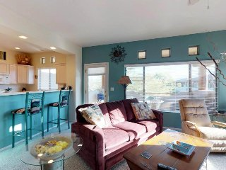 Light and bright condo with a shared hot tub, pool, and on-site golf!