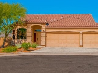 Spacious home in prime location w/ onsite golf, across from Catalina State Park!