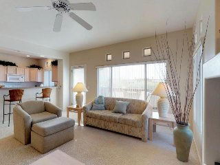 Bright condo with shared pool, hot tub, great mountain views, and golf onsite!