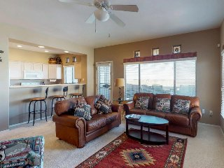 Mountainview condo w/ onsite golf, plus shared pool, hot tub, & gym!