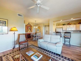 Dog-friendly, mountain view condo w/shared pool, hot tub, and gym. Golf onsite!