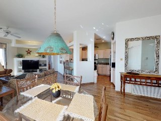 Spacious golf condo with a shared pool and hot tub, with panoramic views!