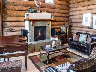 Elegant lodge w/ private hot tub, shared pool, decks & mountain views - dogs OK!