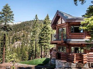 Elegant lodge w/ private hot tub, shared pool, decks & mountain views - dogs OK!