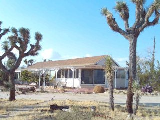 Ranch House of Seven Gables, Overlooking Joshua Tree Park & Village, Sleeps 24