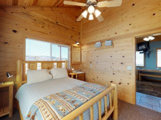 3 Bedroom Mountain Cabin w/ stunning views! Sleeps 7.