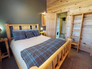 3 Bedroom Mountain Cabin w/ stunning views! Sleeps 6.