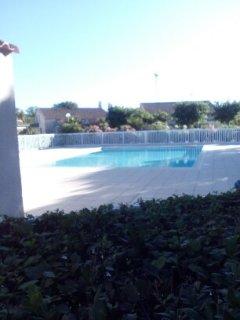 maison avec piscine et terrain de tennis