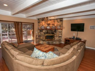Cozy Up To Summit Ultra Relaxing Bike/Ski Park Chalet / Private Hot Tub / Games
