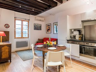 47. LOVELY 1BR FLAT IN THE HEART OF LE MARAIS BY TEMPLE AND POMPIDOU