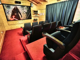 Bigfoot Lodge - Private Owners, Theater, Game Room, Hot Tub, Great Location