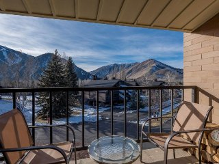 Ski condo with balcony offering fantastic mountain views!