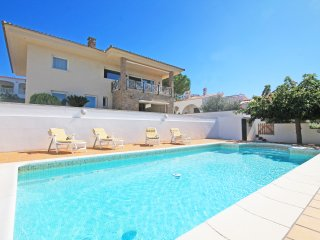 Villa with pool and sea view 500m from the beach.