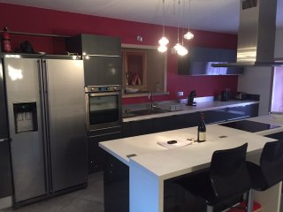 Fully equipped kitchen/breakfast bar.