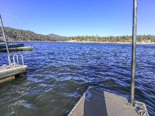 LAKEFRONT with useable Boat Dock!10ppl Gameroom Great location