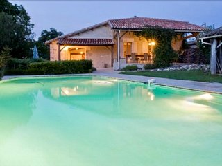 Belle XVIIIe siècle Maison avec une piscine à débordement et salle de jeux.