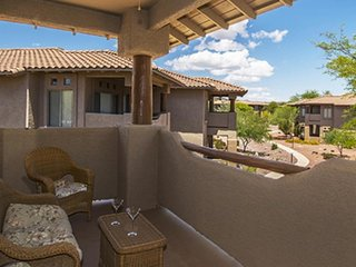 Southwest-themed condo w/ onsite golf, a shared pool, and hot tub!