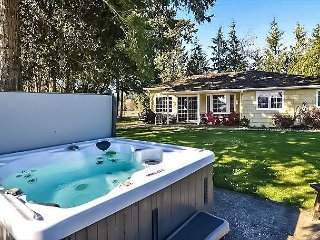 Waterfront Cottage at Deer Harbor. Kayak, Hot Tub, & Bring the Dog!