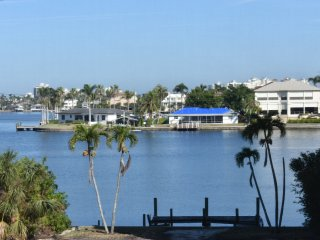 ROMANTIC BEACH ESCAPE! BOUTIQUE CONDO WITH SPECTACULAR BAY VIEWS!